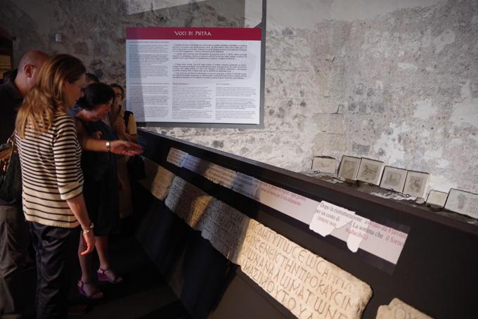 """La prima sala dell'allestimento della mostra """"Voci di Pietra""""."""