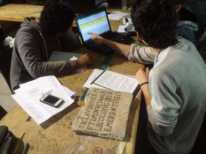 Studenti del Liceo durante un esame autoptico e una codifica di un'epigrafe.